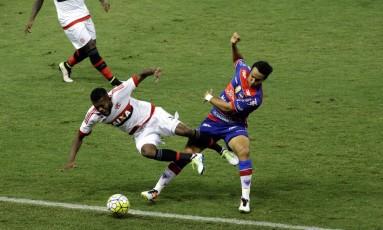 Marcelo Cirino cai em disputa de bola na derrota do Flamengo para o Fortaleza na Copa do Brasil Foto: LC Moreira / LC Moreira