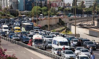 Pessoas param seus veículos e fazem silêncio em estrada de Tel Aviv em homenagem às vítimas do Holocausto Foto: JACK GUEZ / AFP
