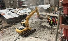 Equipes de resgate usam escavadeiras para buscar sobreviventes no bairro de Huruma, em Nairóbi Foto: THOMAS MUKOYA / REUTERS