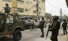 Militares do Exército fazem blitz nas proximidades do conjunto habitacional Foto: Gabriel de Paiva / Agência O Globo