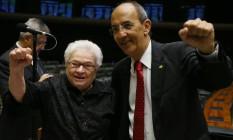 Os deputados Luiza Erundina e Arnaldo Jordi comemoram a decisão contra Cunha no plenário da Câmara dos Deputados Foto: Ailton Freitas / Agência O Globo