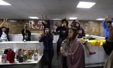 Estudantes que ocupam a Alesp lancham e comemoram o afastamento do presidente da Câmara Eduardo Cunha Foto: Edilson Dantas / Agência O Globo