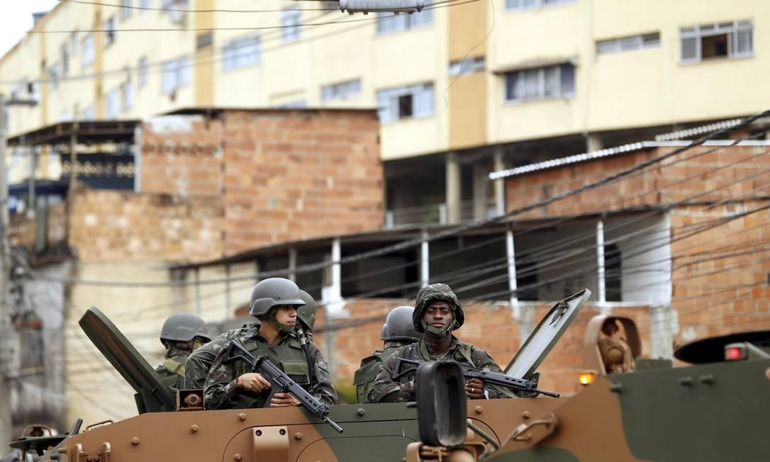 Militares do Exército patrulham entorno de condomínio em Guadalupe, após capitão ter sido atacado a tiros por traficantes Foto: Gabriel de Paiva / O Globo