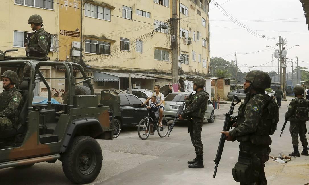 A operação contou com 17 blindados e outros 30 veículos Foto: Gabriel de Paiva / O Globo
