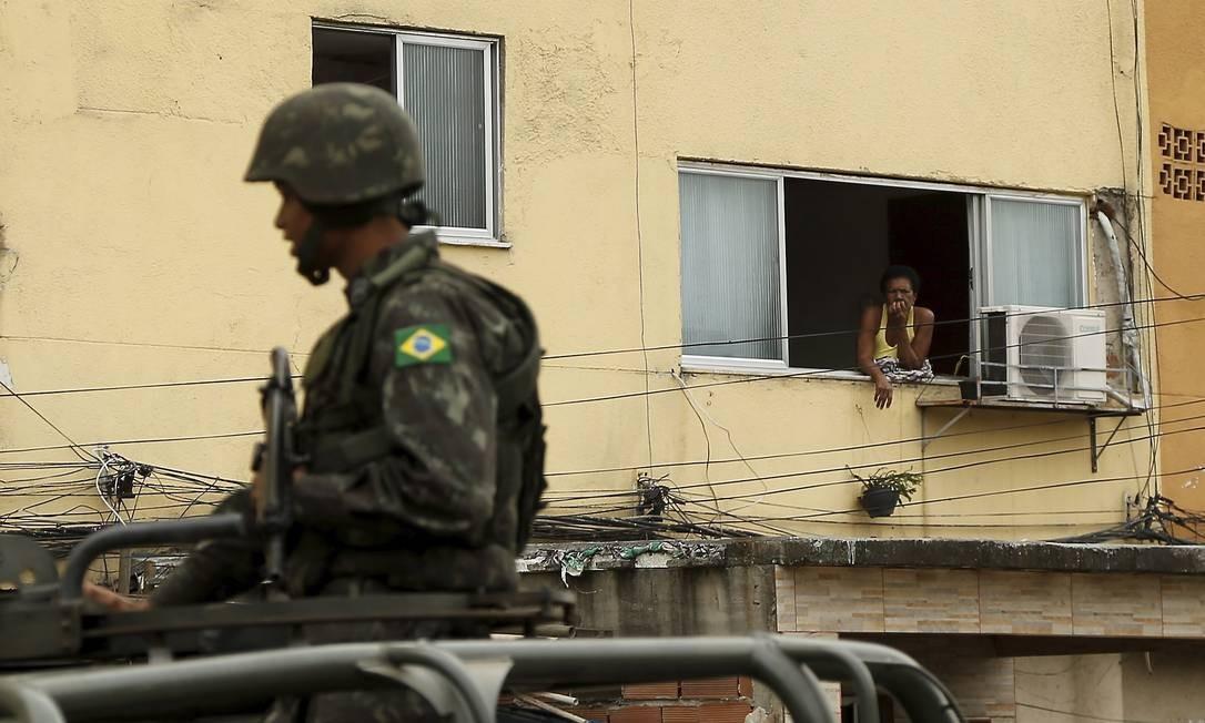 O patrulhamento foi nos arredores do conjunto residencial, que é uma área militar e fica ao lado da Favela do Muquiço Foto: Gabriel de Paiva / O Globo