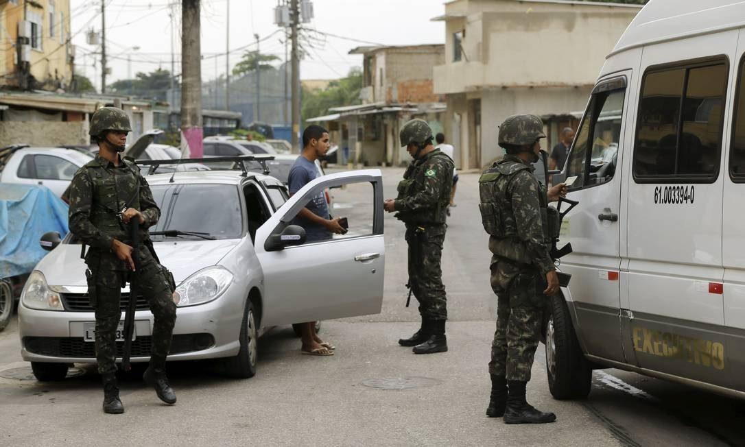 Os militares fizeram revistas em veículos Foto: Gabriel de Paiva / O Globo