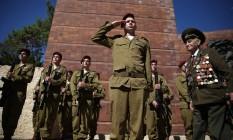 Um veterano da Segunda Guerra Mundial e guardas de honra israelenses participam de cerimônia do Dia do Holocausto no Memorial do Holocausto em Jerusalém, em 5 de Maio de 2016 Foto: GALI TIBBON / AFP