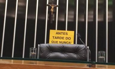 Cartaz de protesto sobre a cadeira do presidente da Câmara Eduardo Cunha Foto: Maria Lima/O GLOBO