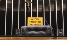 Placa em comemoração ao afastamento de Eduardo Cunha é colocada na cadeira da presidência da Câmara Foto: Maria Lima / Agência O Globo