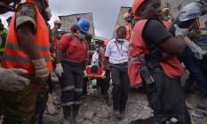 Mulher é retirada de escombros após desabamento de edifício no Quênia Foto: TONY KARUMBA / AFP