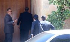 Parlamentares chegam à casa de Eduardo Cunha, após decisão de ministro do STF afastar o presidente da Câmara do mandato Foto: Andre Coelho / Agência O Globo
