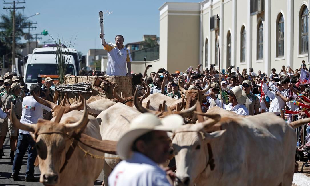 O morador Antonio Caldas participa do revezamento da tocha em Itaberaí, no interior de Goiás HANDOUT / REUTERS
