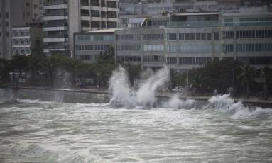 Com a volta da ressaca, ondas chegam à pista no Arpoador Foto: Márcia Foletto / Agência O Globo