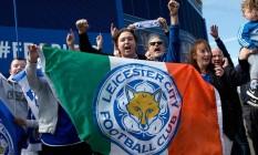 Torcedores do Leicester festejam em frente ao estádio King Power o título inglês conquistado pelo clube Foto: JUSTIN TALLIS / AFP