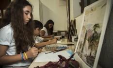 Alunos aprendem a reproduzir imagens na aula de desenho Foto: Hermes de Paula