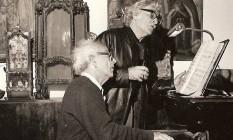 Niterói - O maestro Walter, no piano, e o irmão mais novo, Roberto, a cantar Foto: Divulgação
