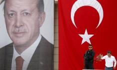 Disputa interna. Davutoglu fala a apoiadores ao lado de cartaz de Erdogan, durante campanha no ano passado: 'Não sinto raiva nem rancor', disse ao anunciar renúncia Foto: REUTERS/3-6-2015