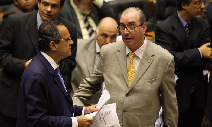 Eduardo Cunha conversa com Henrique Eduardo Alves no plenário Foto: Roberto Stuckert Filho / Agência O Globo 20/05/2009