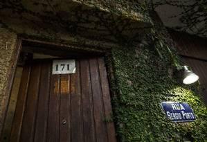 Sem sinal de estelionato. A casa no número 171 da Rua Sergio Porto: enquanto esteve lá, Cunha fixou uma placa com número 173 Foto: Daniel Marenco / Agencia O Globo
