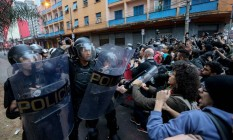 Policias do choque retiram os estudantes que ocupavam o centro paula souza Foto: Pedro Kirilos / Agência O Globo