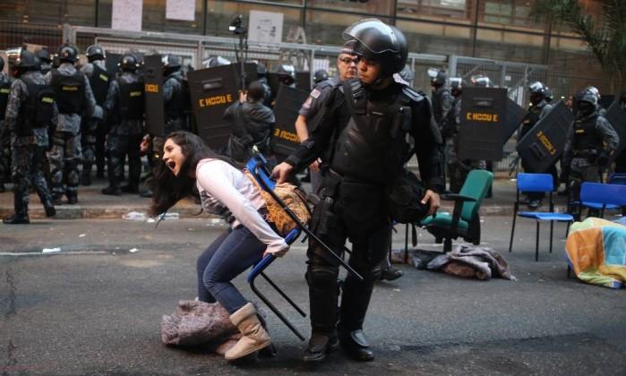Policias do choque retiraram na manha desta sexta-feira estudantes que ocupavam o Centro Paula Souza em São Paulo Pedro Kirilos / Agência O Globo