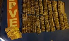 As municções e dinheiro apreendidos pela polícia Foto: Divulgação / Polícia Militar