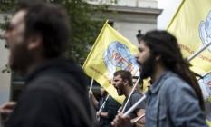 Manifestantes protestam em Atenas Foto: Petros Giannakouris / AP