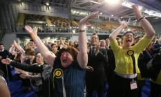 Escoceses comemoram vitória do Partido Nacional Escocês Foto: RUSSELL CHEYNE / REUTERS