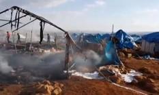 Ataque aéreo destruiu tendas de campo de refugiados perto de Sarmada, na província de Idlib Foto: REUTERS TV / REUTERS
