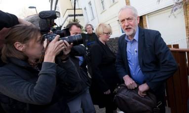 Líder trabalhista, Jeremy Corbyn deixa sua casa em dia de apuração dos resultados eleitorais no Reino Unido Foto: JUSTIN TALLIS / AFP