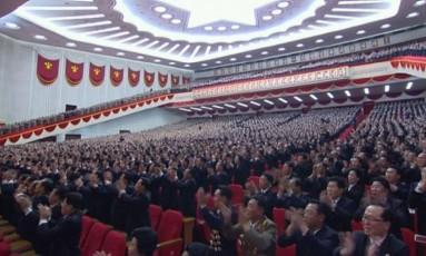 Delegados se levantam para bater palmas durante congresso do Partido dos Trabalhadores da Coreia (PTC) em Pyongyang Foto: AP