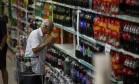 Idoso observa preço de refrigerantes em supermercado no Rio Foto: Daniel Marenco / Agência O Globo