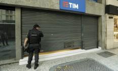 Loja de telefonia móvel que foi assaltada na Avenida Rio Branco Foto: Gabriel de Paiva / Agência O Globo