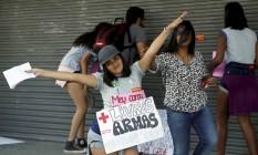 Estudantes da rede pública de ensino fazem protesto na porta da Secretaria de Educação, no Santo Cristo Foto: Gabriel de Paiva / Agência O Globo