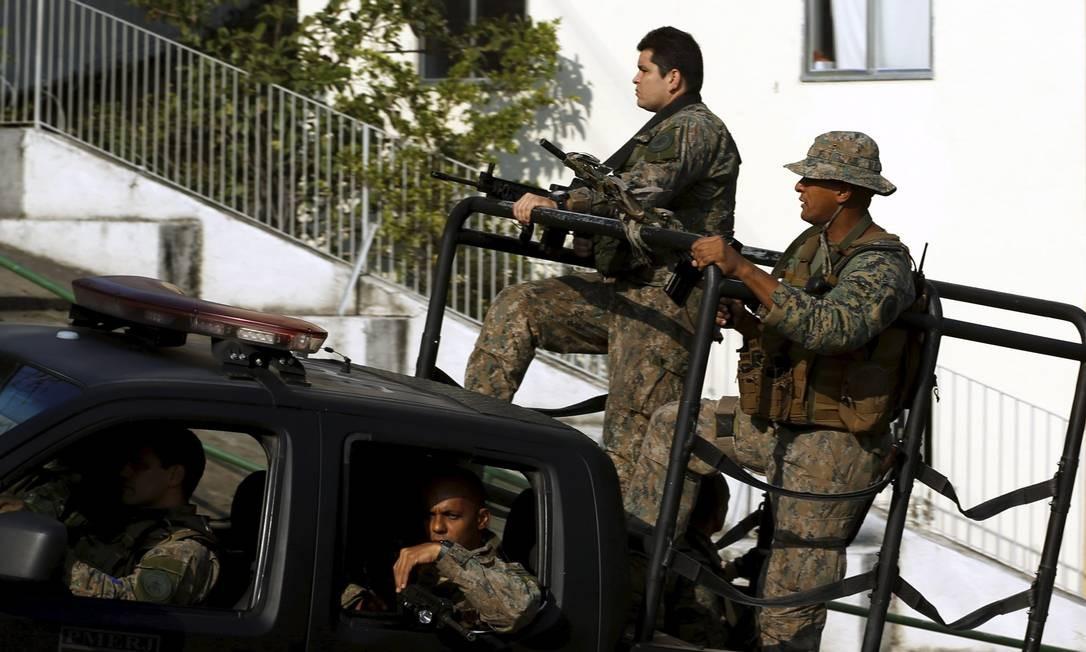O clima é tensão no Morro da Providência e arredores após os tiroteios entre policiais militares e traficantes, entre a noite de quinta-feira e a madrugada desta sexta-feira Foto: Gabriel de Paiva / Agência O Globo