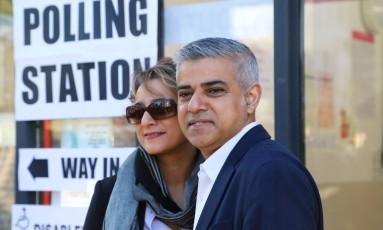 Sadiq Khan chega com sua mulher, Saadiya, em um centro de votação de Londres Foto: Philip Gareth Fuller / AP