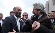 Can Dundar (dir.) e Erdem Gul, do 'Cumhuriyet', se cumprimentam Foto: Can Erok / AP