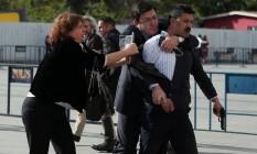 Homem tenta atacar jornalista Can Dundar na Turquia Foto: STRINGER / REUTERS