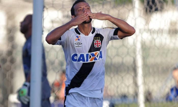 Nenê manda beijo para a torcida após marcar gol na estreia do Vasco no  Carioca 6e0aebe659f63