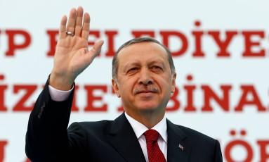Erdogan cumprimenta apoiadores em evento em Istambul Foto: MURAD SEZER / REUTERS