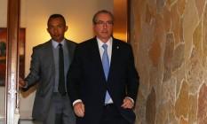 O deputado afastado Eduardo Cunha (PMDB-RJ) na porta da residência oficial da Câmara Foto: Ailton Freitas / Agência O Globo / 5-5-2016