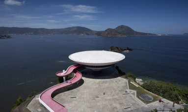 Museu projetado por Oscar Niemeyer, em Niterói, foi tombado pelo Iphan Foto: Hudson Pontes / Agência O Globo