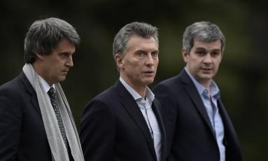 Macri (centro), o ministro das Finanças Alfonso Prat-Gay (esq.) e o chefe de Gabinete, Marcos Peña, conversam antes de coletiva com correspondentes estrangeiros Foto: JUAN MABROMATA / AFP