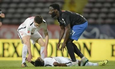 Patrick Ekeng caiu em campo durante o jogo entre Dinamo Bucareste e Viitorul Constata, na Romênia Foto: AP