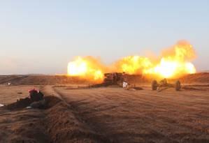 Rebeldes fazem disparo de artilharia contra posições das tropas do governo do presidente sírio Bashar al-Assad perto da vila de Om al-Krameel, no subúrbio ao Sul de Aleppo Foto: AFP/OMAR HAJ KADOUR