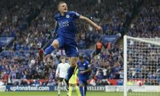 Vardy comemora um de seus gols na vitória do Leicester sobre o Everton Foto: Andrew Boyers / REUTERS
