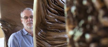 Criador. Designer Hugo França em seu ateliê em São Paulo Foto: Divulgação
