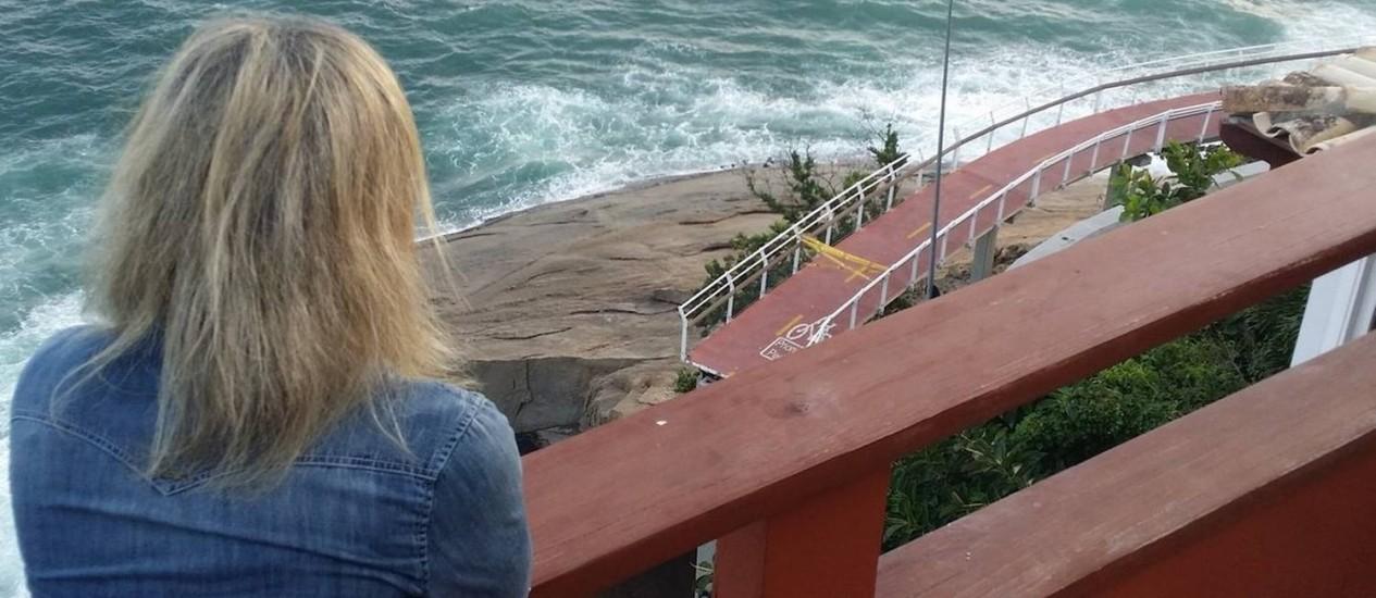 A publicitária Maria Teresa observa o local onde ocorreu a tragédia, no último dia 21: dois mortos Foto: Vera Araújo