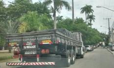 Caminhões estacionam e impedem o acesso às rampas voltadas para portadores de necessidades especiais na Praça do Anil, em Jacarepaguá Foto: Foto do leitor/ / Eu-Repórter