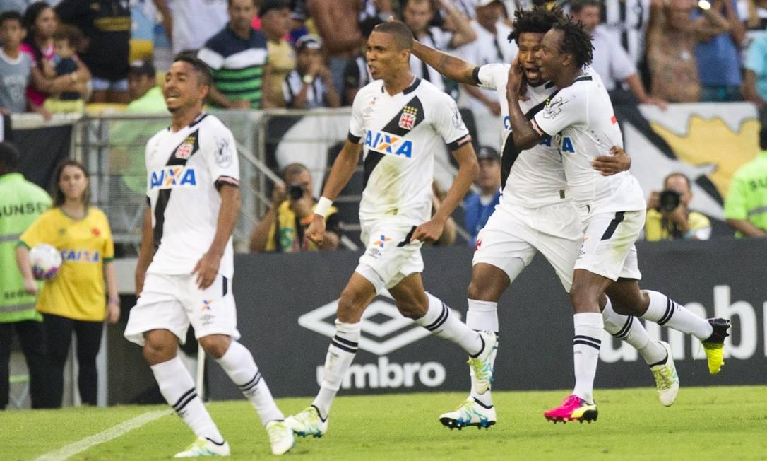 Jogadores do Vasco comemoram o gol de Rafael Vaz sobre o Botafogo Guito Moreto / Agência O Globo